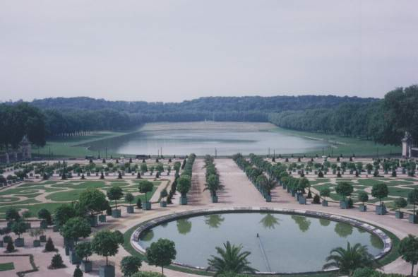 this is a garden in the palace of versailles